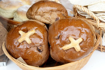 Scottish_hot_cross_buns_in_basket